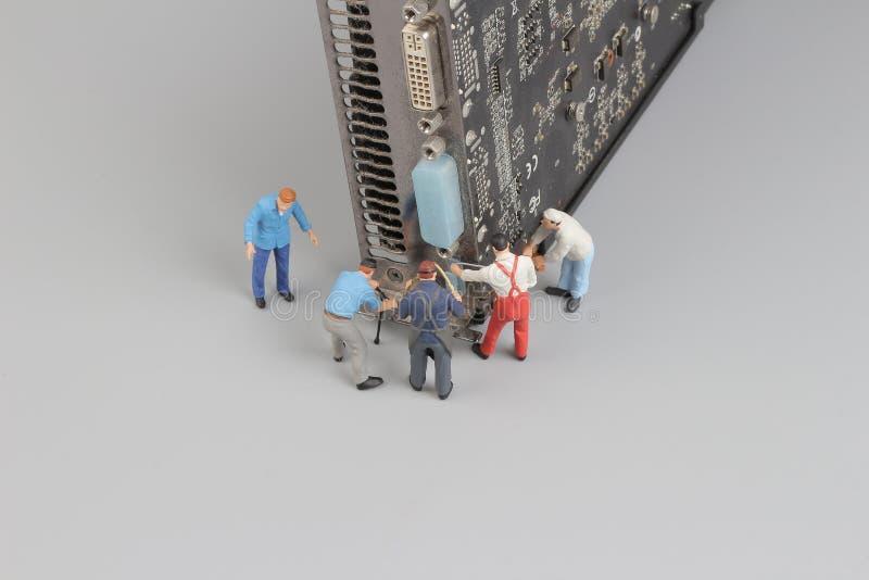 Komputer naprawia pojęcie z mini postaciami i składnikami zdjęcia royalty free