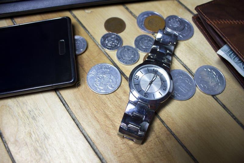 Komputer, pióro, zegar i rozkłady dla pieniądze pieniężnego pojęcia, zdjęcie royalty free