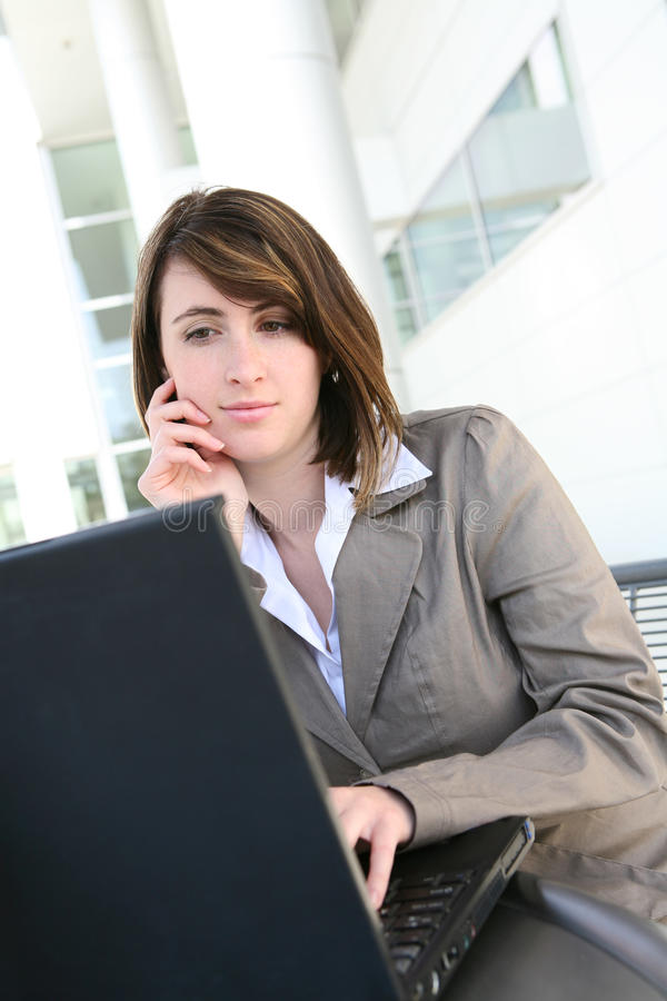 komputer skupiająca się laptopu kobieta fotografia stock