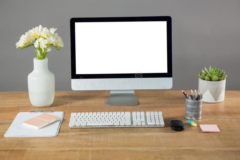 Komputer stacjonarny, kwiat waza i biuro materiały, zdjęcia royalty free