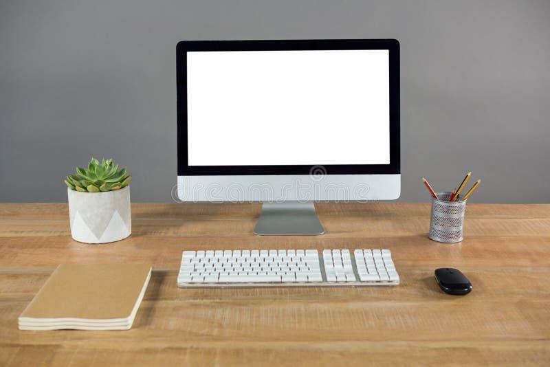 Komputer stacjonarny na stole zdjęcia royalty free