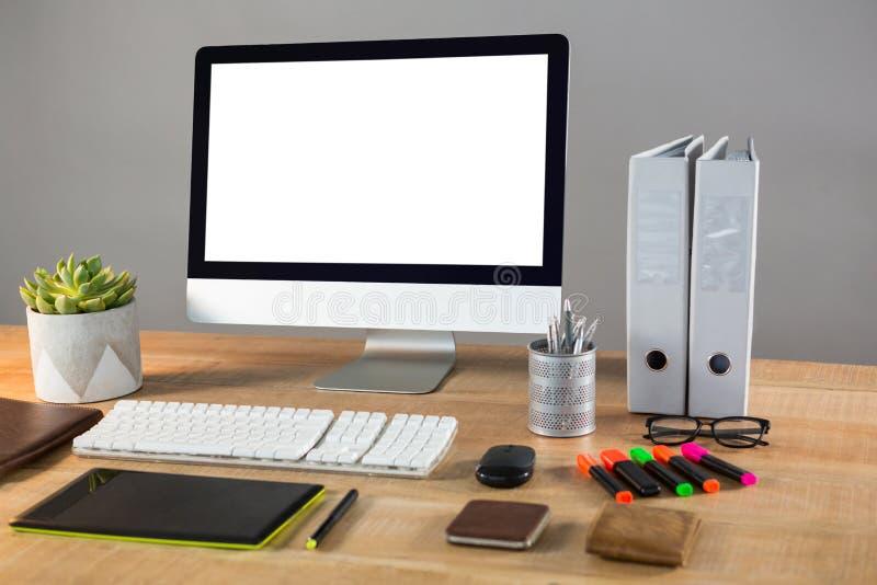 Komputer stacjonarny z biurowym materiały zdjęcie stock