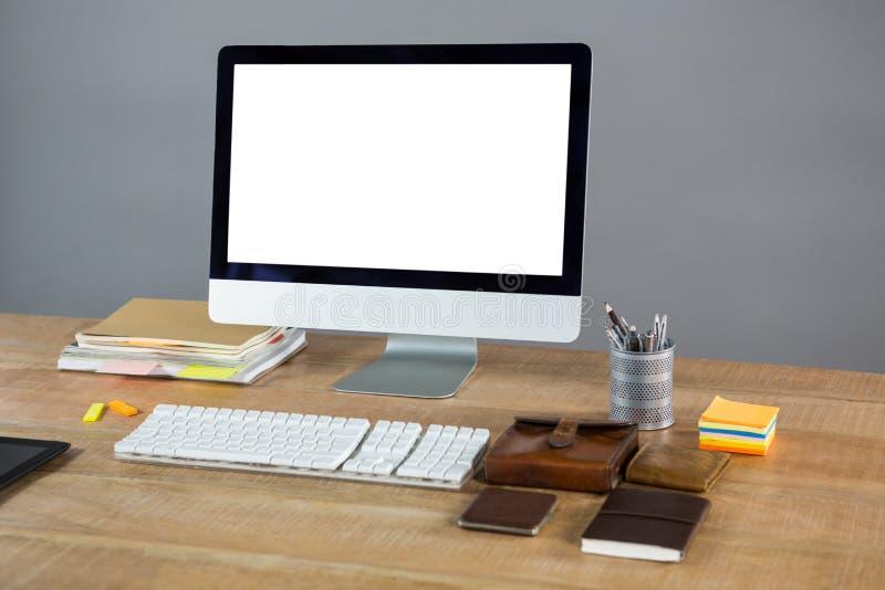 Komputer stacjonarny z biurowymi akcesoriami obrazy royalty free