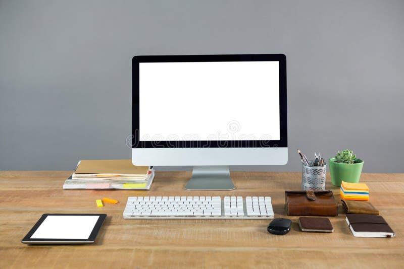 Komputer stacjonarny z biurowymi akcesoriami fotografia stock