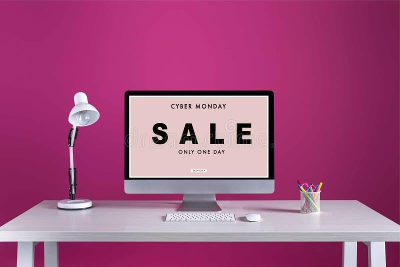 Komputer stacjonarny z cyber Poniedziałku sprzedaży inskrypcją na ekranie, zdjęcia stock