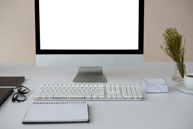 Komputer stacjonarny z kawą i dzienniczkiem na stole fotografia royalty free