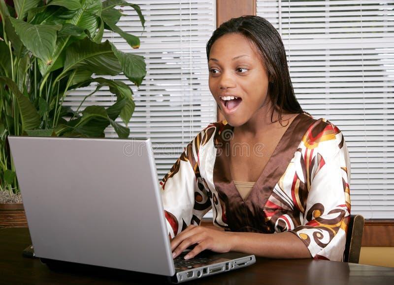 komputer szokująca kobieta fotografia royalty free