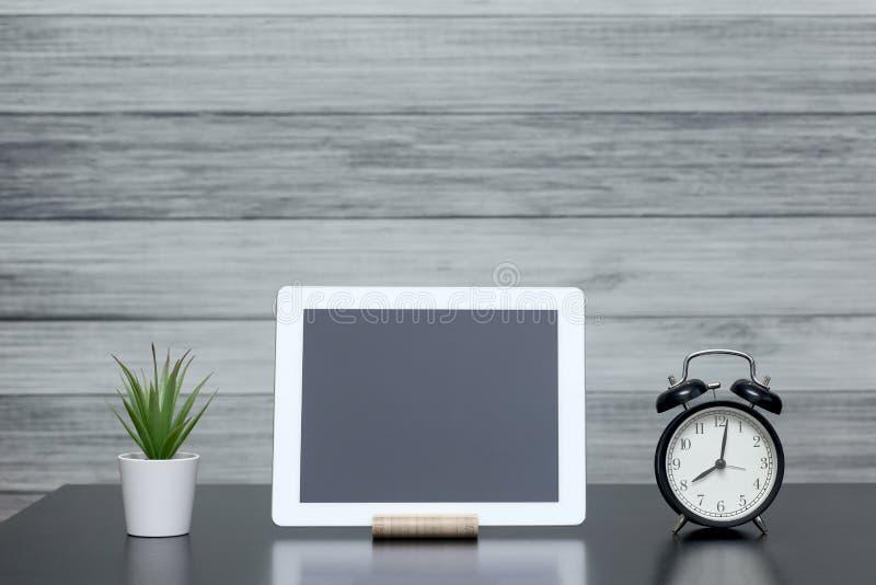 Komputer typu Tablet, instalacja domowa, zegar na stole Praca w domu Elektronika gadżetów obrazy royalty free