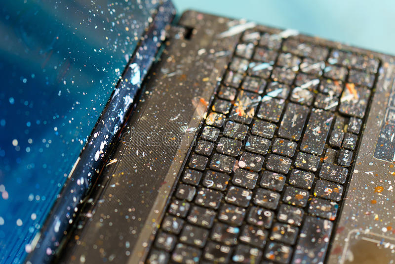 Komputer w spattered nafcianej farbie artysty komputer obraz stock