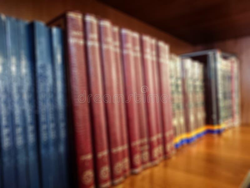 Komputer wytwarzający wizerunek Barwić książki na półka na książki w bibliotece Bokeh skutek zdjęcia stock