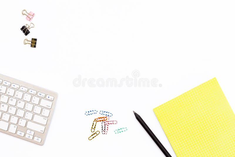 Komputerowa klawiatura, żółtego Notepad papierowa klamerka i czarny ołówek na białym tle, Minimalny biznesowy pojęcie dla biura zdjęcie royalty free