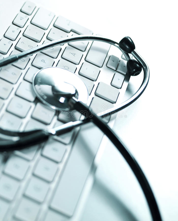 Komputerowa klawiatura i medyczny stetoskop zdjęcia royalty free