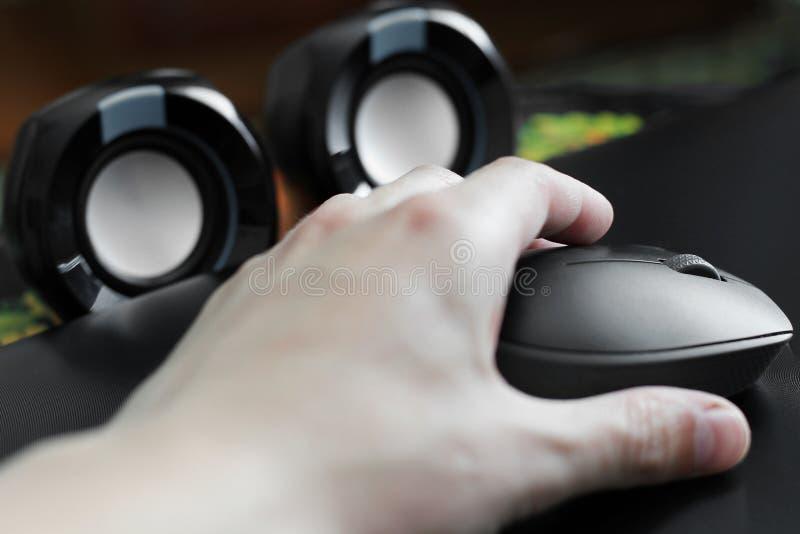 Komputerowa mysz w ręce tła komputeru odosobnionego laptopu nowożytny technologii biel zdjęcie stock