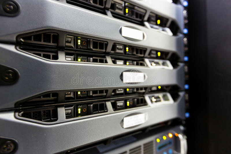 Komputerowa serwer góra na stojaku w dane centrum pokoju obraz stock