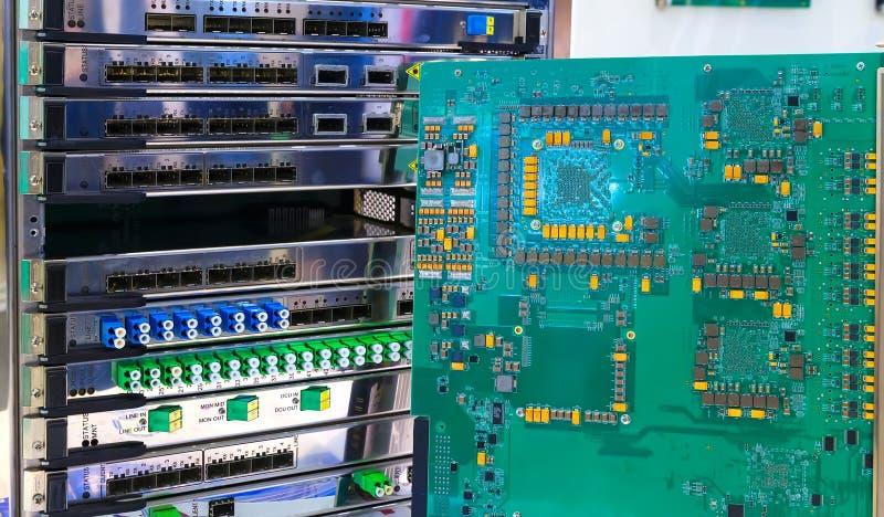 Komputerowego obwodu deska na tle mulitplexor częstotliwość DWDM na okulistycznych modulacjach Multiservise platforma obrazy stock