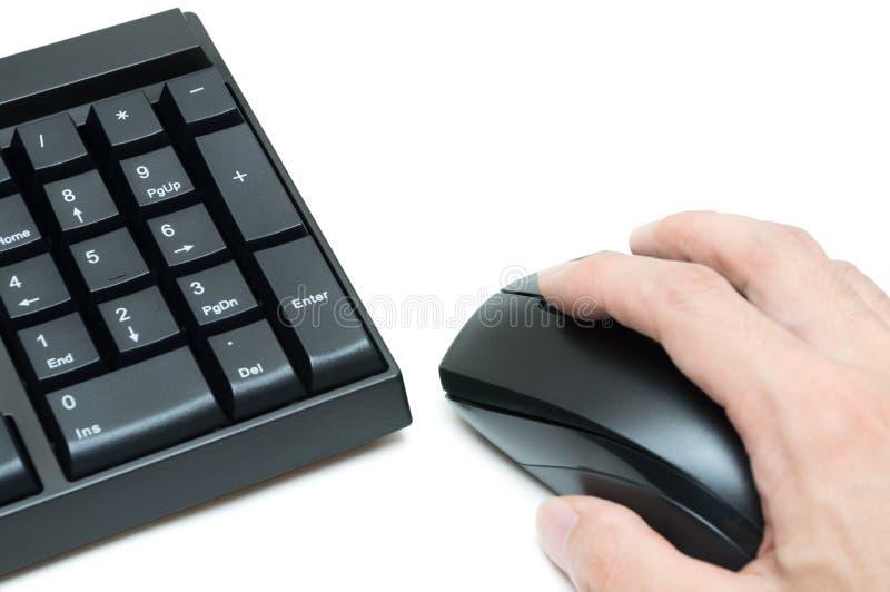 Komputerowej klawiatury i ręki mienia mysz na bielu plecy obraz royalty free