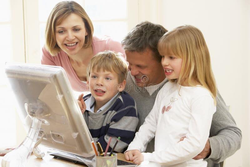 komputerowej rodziny grupa wpólnie używać zdjęcie stock