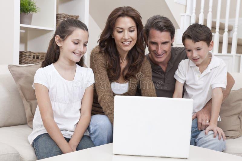 komputerowej rodziny szczęśliwy domowy laptopu kanapy używać fotografia royalty free
