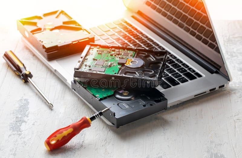 Komputerowi dyski twardzi na laptopie fotografia stock