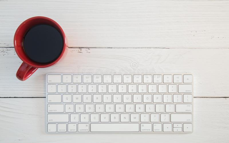 Komputerowy biurko z Bezprzewodową klawiaturą zdjęcie stock