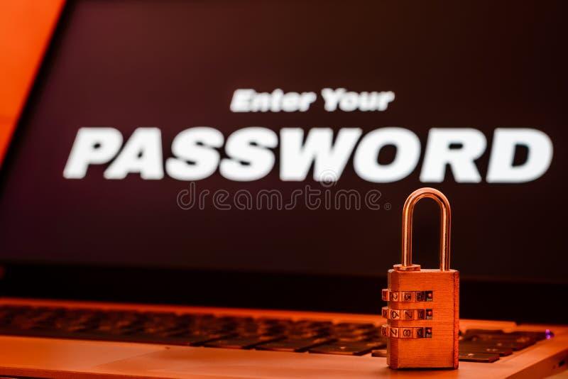 Komputerowy ewidencyjnej ochrony i ochrona danych pojęcie, kłódka na laptop klawiaturze z wchodzić do twój hasło na ekranie obrazy royalty free