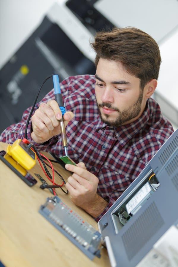 Komputerowy inżynier pracuje na łamanej konsoli obraz stock