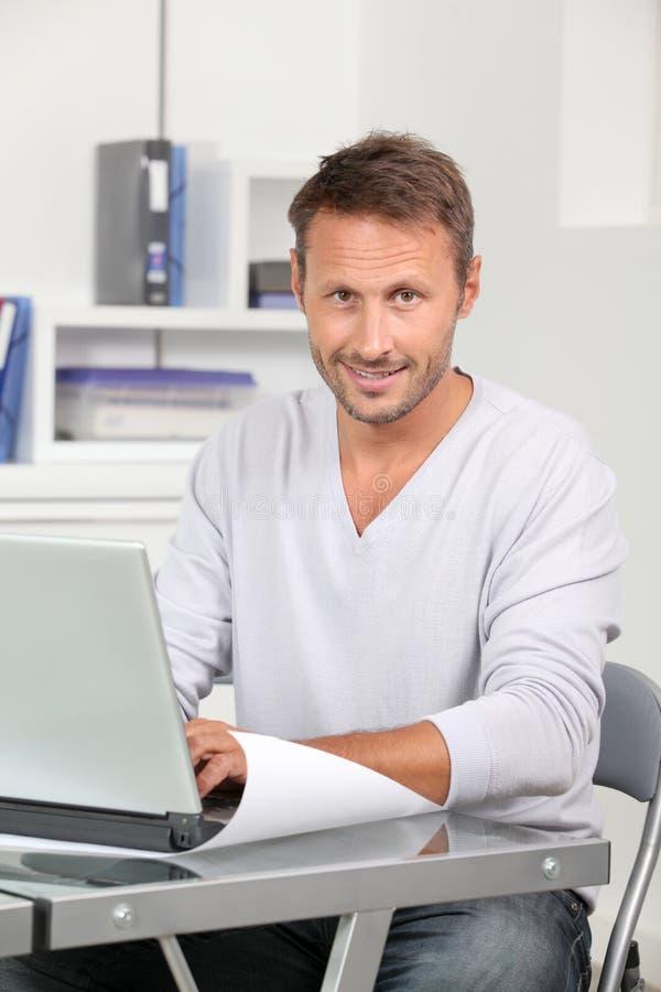 komputerowy laptopu mężczyzna działanie fotografia stock