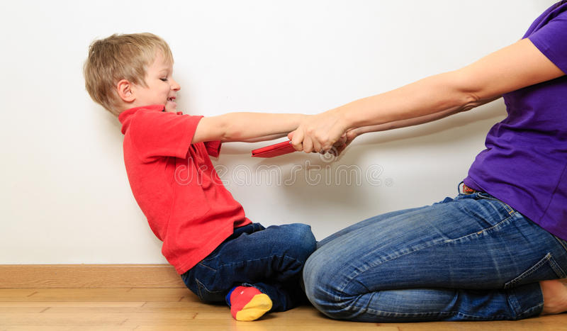 Komputerowy nałóg, rodzic bierze out dotyka ochraniacza obraz stock
