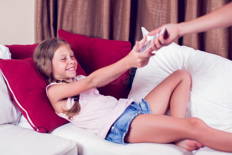 Komputerowy nałóg, rodzic bierze out dotyka ochraniacza od dziecka zdjęcie royalty free