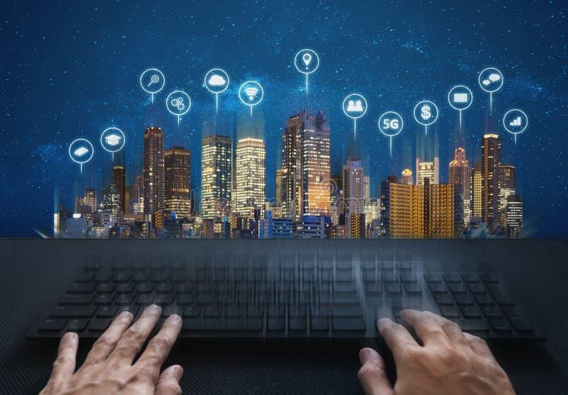 Komputerowy networking i połączenie z internetem Wręcza komputerową klawiaturę budynki z i pisać na maszynie ogólnospołecznym net obraz stock