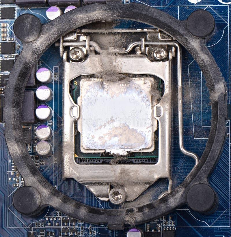 Komputerowy procesor na płycie głównej zakrywa z pył potrzebą obraz royalty free