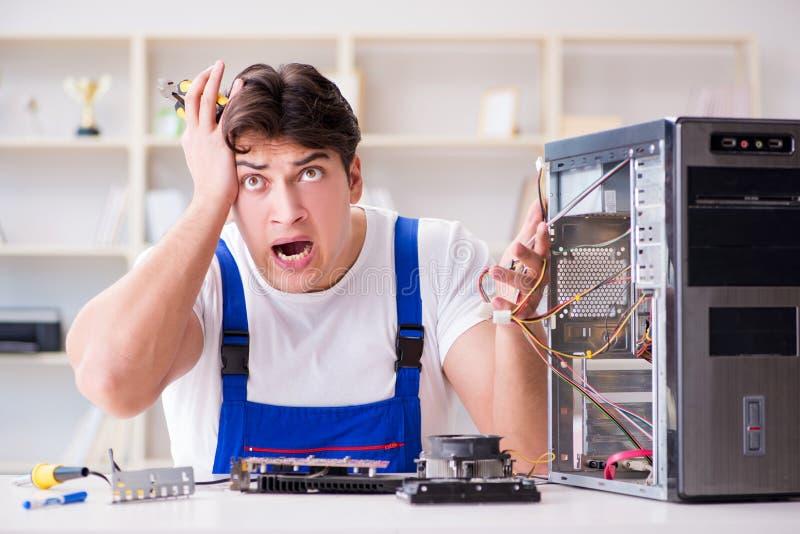 Komputerowy repairman naprawiania komputer stacjonarny obraz royalty free
