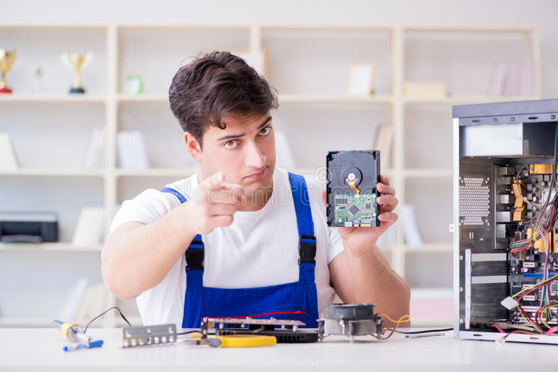 Komputerowy repairman naprawiania komputer stacjonarny obrazy royalty free