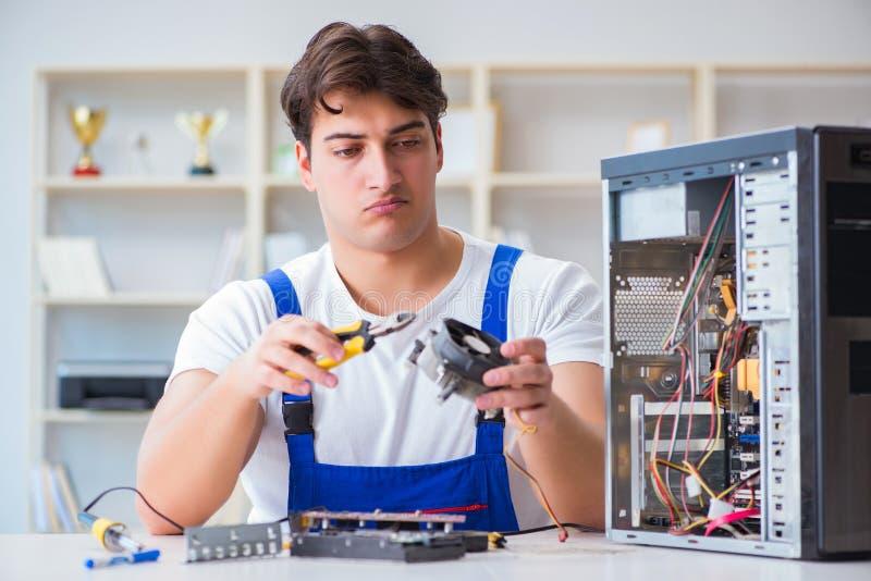 Komputerowy repairman naprawiania komputer stacjonarny obrazy stock