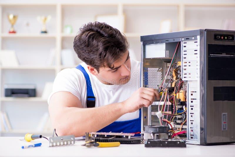 Komputerowy repairman naprawiania komputer stacjonarny zdjęcie royalty free