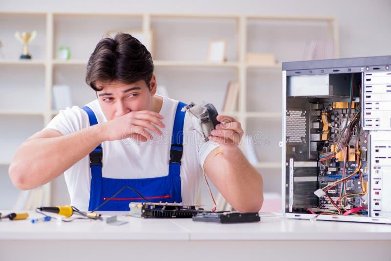Komputerowy repairman naprawiania komputer stacjonarny fotografia stock