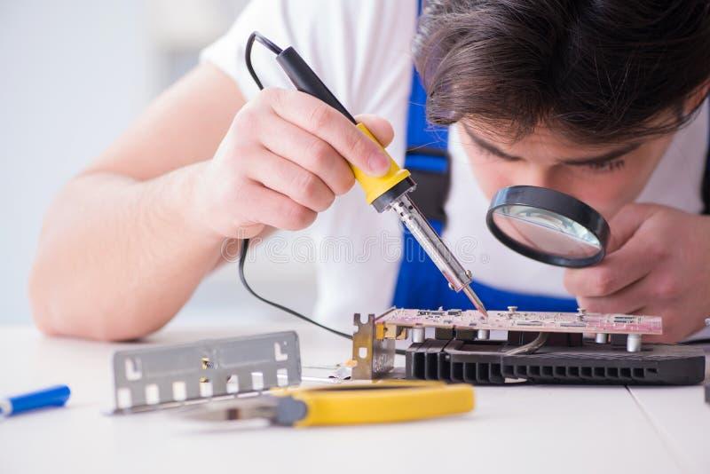 Komputerowy repairman naprawiania komputer stacjonarny obraz stock