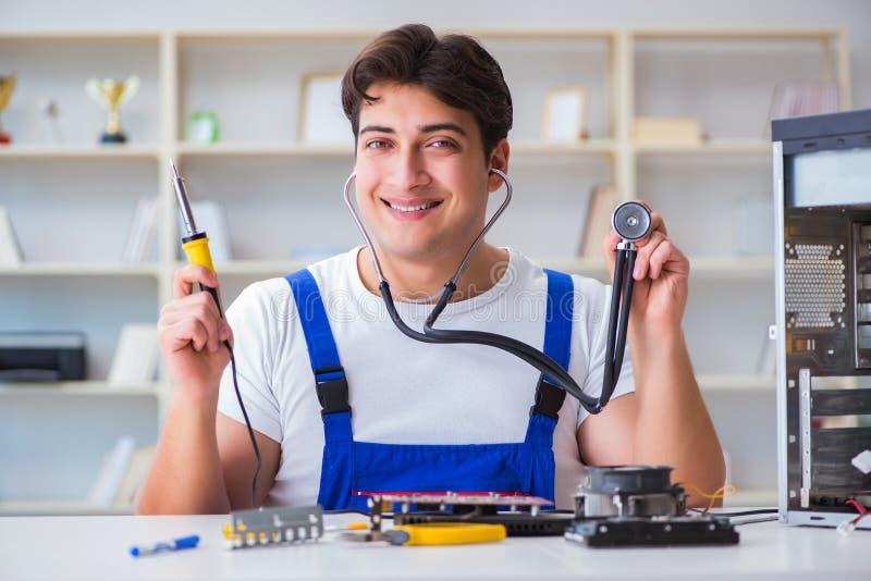 Komputerowy repairman naprawiania komputer stacjonarny zdjęcia stock