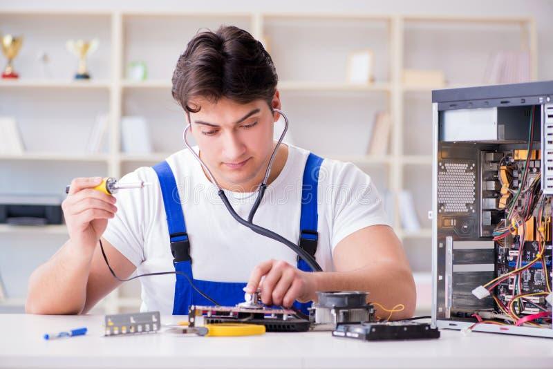Komputerowy repairman naprawiania komputer stacjonarny zdjęcie stock