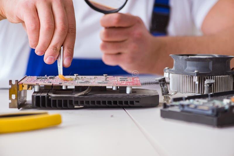 Komputerowy repairman naprawiania komputer stacjonarny zdjęcia royalty free