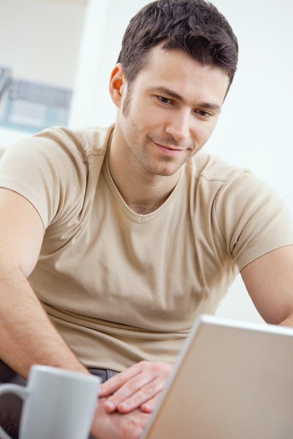 komputerowy szczęśliwy używać mężczyzna zdjęcie stock