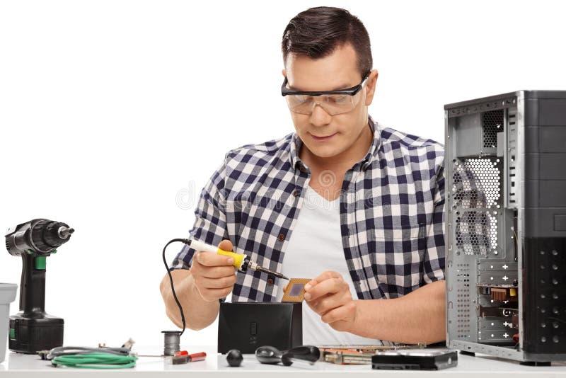 Komputerowy technik naprawia komputer fotografia stock