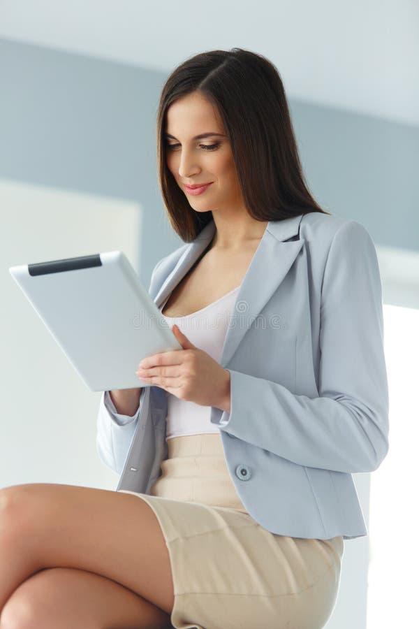 komputerowych ikon parawanowa ustalona pastylka Biznesowa kobieta z cyfrowym pastylka komputerem obrazy royalty free