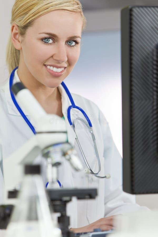 komputeru używać doktorski żeński laborancki obraz stock