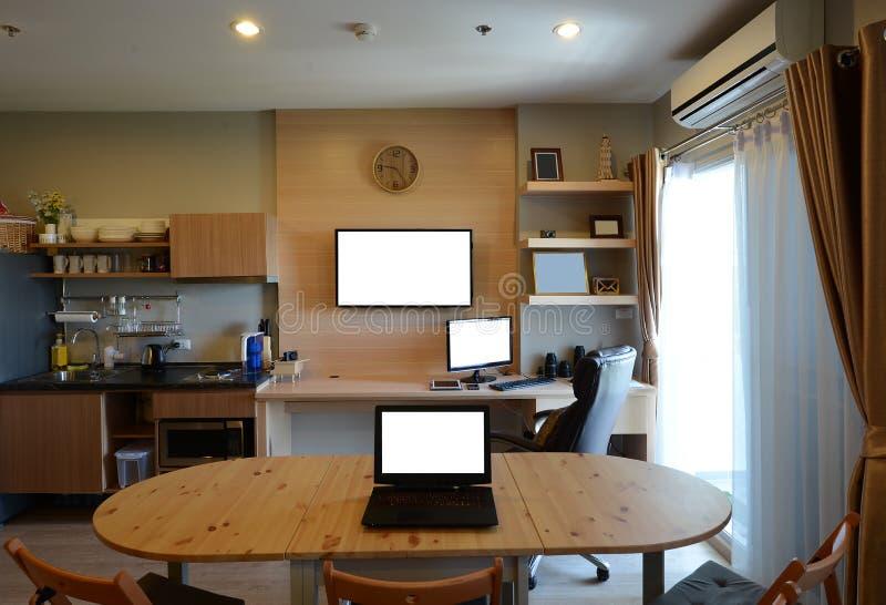 Komputery i TV pusty ekran w nowożytnym pokoju, wyśmiewają up obraz stock