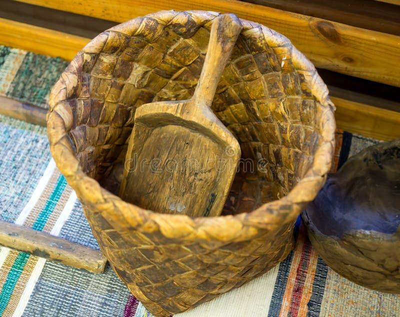 Komsha -面粉的一个老柳条筐 免版税库存图片