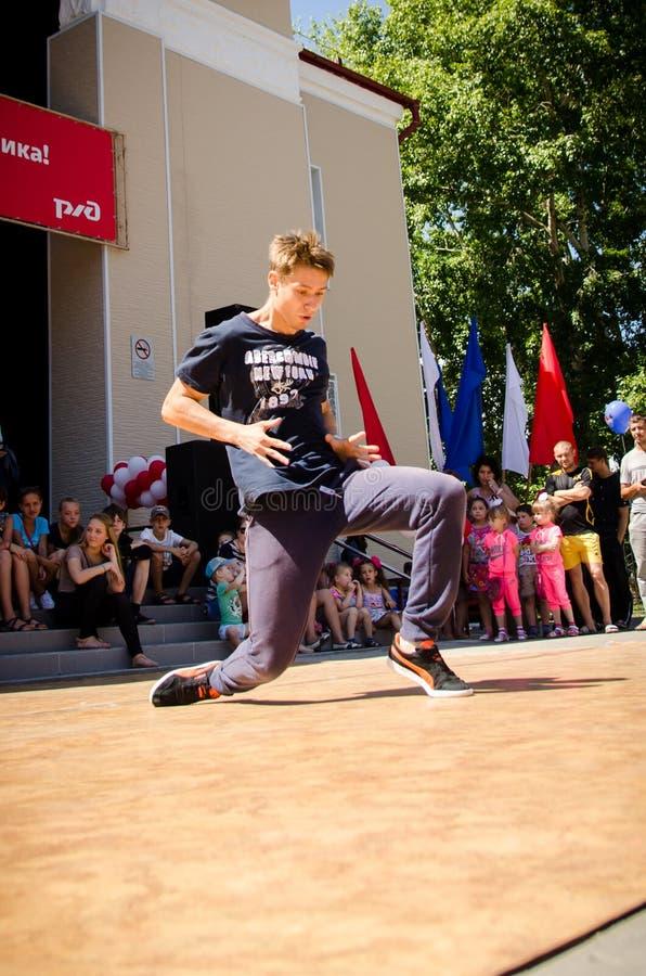 Komsomol'sk-na-Amure, Russia, il 1° agosto 2015 un ragazzo che balla un brea immagini stock