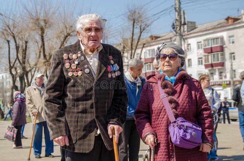 Komsomols-op-Amur, Rusland - Mei 5, 2019 Russische bejaarde harde arbeidersslagwerker met heel wat medailles royalty-vrije stock fotografie