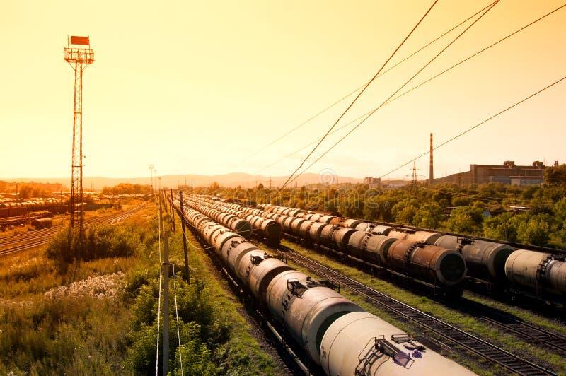 Komsomolsk-On-Amur, el 8 de agosto de 2017, estación de tren Trenes con el ci imagen de archivo libre de regalías