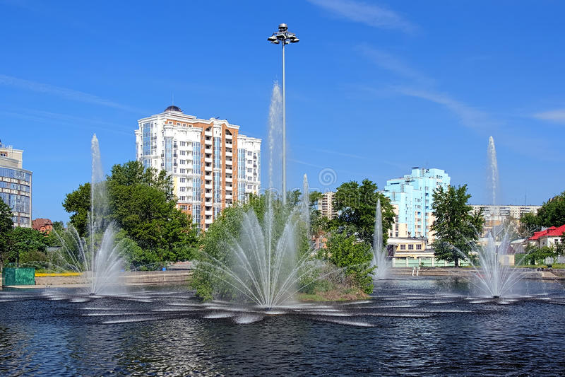 Komsomolsk damm med springbrunnar i Lipetsk, Ryssland royaltyfri fotografi